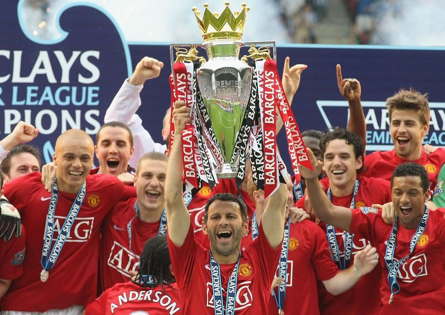 Ryan Giggs lifts the PL Trophy for Man Utd, 2007/08