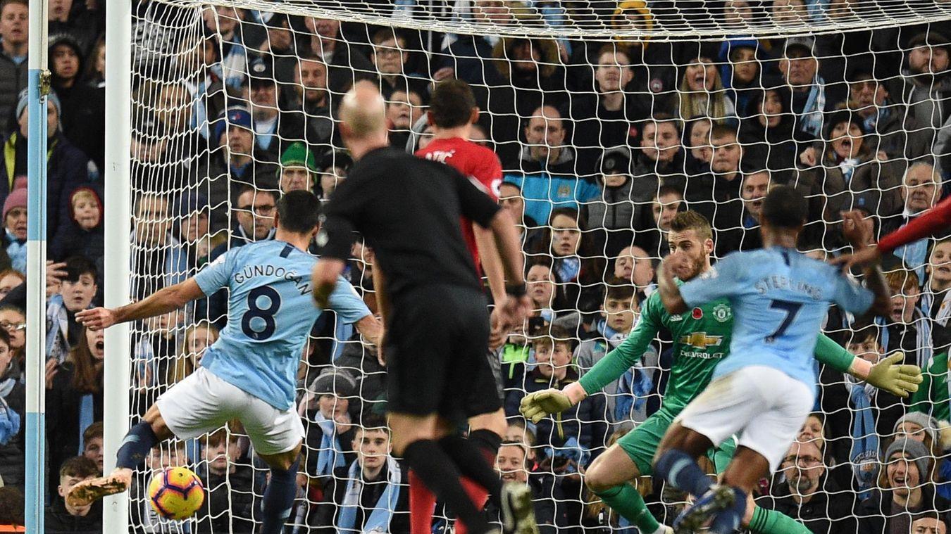 Gundogan calmly strokes the ball past the oncoming David De Gea