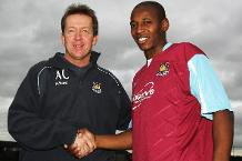 West Ham manager Alan Curbishley with new signing Luis Boa Morte in 2007