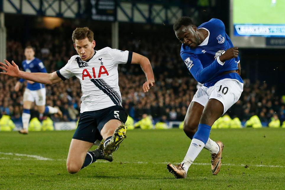 Romelu Lukaku of Everton in action with Tottenham Hotspur defender Jan Vertonghen