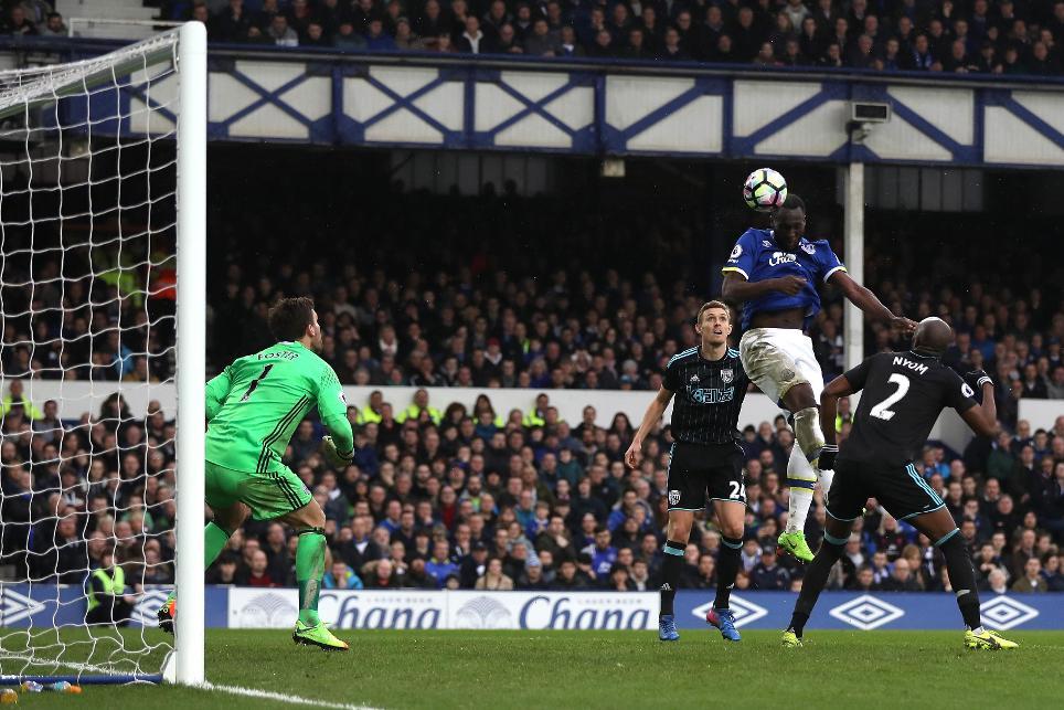 Romelu Lukaku scores Everton's third goal