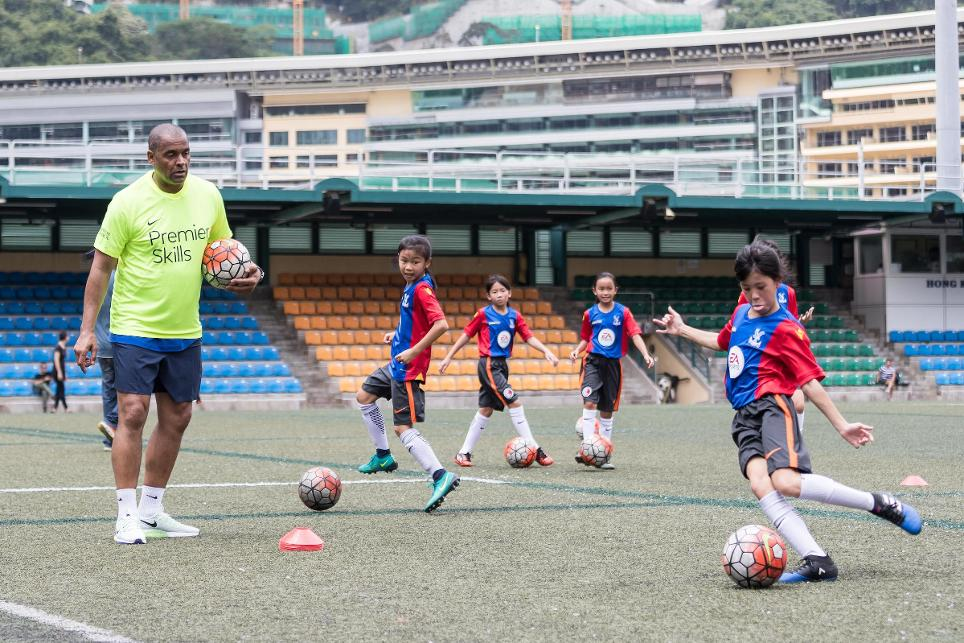 Mark Bright coaching schoolkids at the Premier League Asia Trophy launch