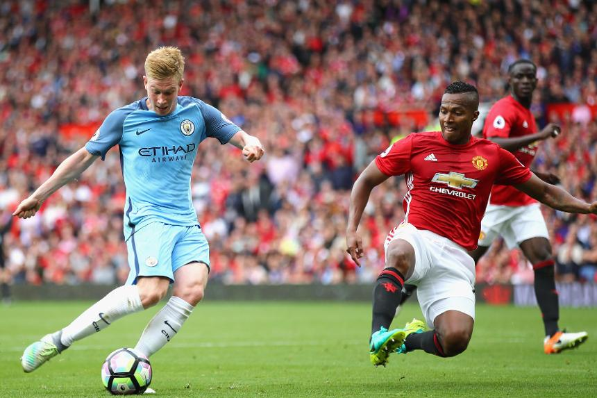 Kevin De Bruyne, of Manchester City, and Antonio Valencia, of Manchester United